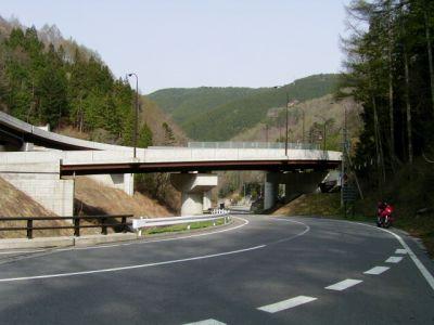 姥神トンネル手前ループ橋